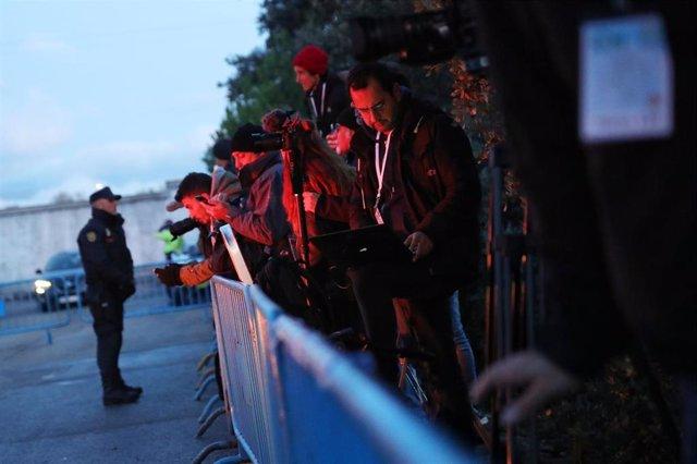 Periodistas y agentes de Policía a las puertas del cementerio de Mingorrubio El Pardo en Madrid para la inhumación de los restos de Franco tras su exhumación del Valle de los Caídos a 24 de octubre de 2019