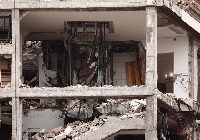 Estructura del edificio tras la explosión de ayer en la calle Toledo, en Madrid (España), a 21 de enero de 2021. La Policía Municipal de Madrid ha retirado esta mañana los vehículos dañados por los cascotes del edificio que explotó ayer por la tarde en la
