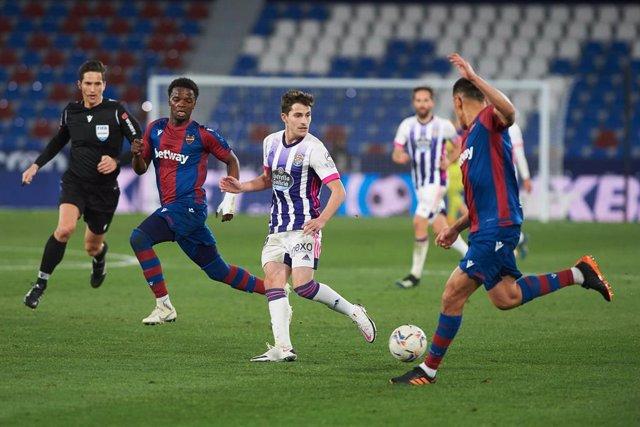 Toni Villa del Valladolid intenta taponar a un jugador del Levante