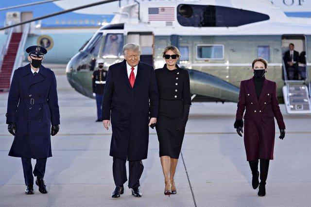 El presidente de los Estados Unidos, Donald Trump, hace un gesto al llegar con la primera dama, Melania Trump, a una ceremonia de despedida en laBasede la Fuerza AéreaAndrews, Maryland, Estados Unidos, a 20 de enero de 2021. Trump abandona Washington d