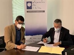Los directores del Observatorio del Ebre, David Altadill (izda.) y del ICGC, Jaume Massó (drcha.) firman un convenio para mantener estaciones sísmicas, el 7 de octubre de 2020.