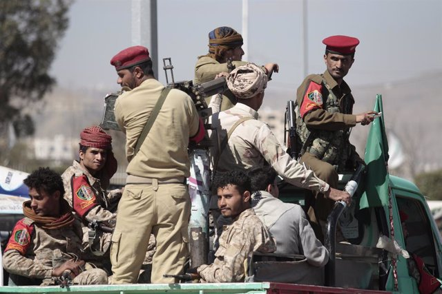 24 November 2020, Yemen, Sana'a: Houthi tribesmen wearing an army uniform ride a vehicle during funeral procession of Houthi movement fighters, who allegedly were killed in recent fighting with Saudi-backed government forces. Photo: Hani Al-Ansi/dpa