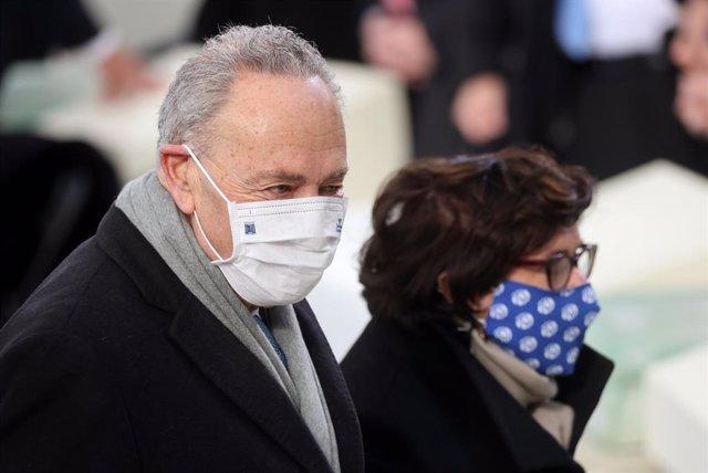 20 de gener del 2021 a Washington, EUA. El senador Chuck Schumer arriba amb la seva dona Iris Weinshall a la inauguració del mandat de Joe Biden com el 46è president dels Estats Units al Capitoli a Washington.
