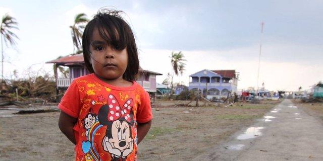 Una niña afectada por el paso de los huracanes 'Eta' e 'Iota' por Centroamérica.
