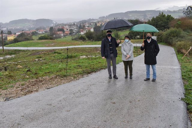 El consejero de Desarrollo Rural, Ganadería, Pesca, Alimentación y Medio Ambiente, Guillermo Blanco, visita las obras de reparación de un camino en Reocín junto a su alcalde, Pablo Diestro