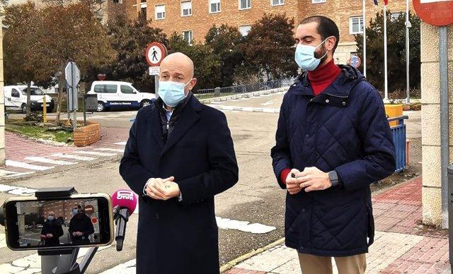 El diputado del Grupo Parlamentario Ciudadanos, David Muñoz Zapata, y el secretario de Acción Institucional de Cs en la provincia de Toledo, Julio Comendador, frente al hospital de Toledo