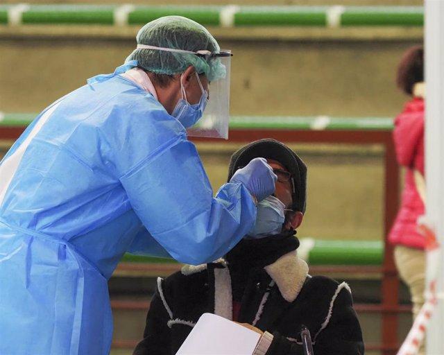 Un trabajador sanitario protegido realiza un test de antígenos en el Polideportivo Municipal de la Avenida de las Salinas, Laguna de Duero, Valladolid, Castilla y León, (España), a 23 de enero de 2021.