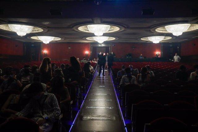 El público se acomoda en sus asientos antes del inicio del musical 'I Want U Back', un homenaje a Michael Jackson en el Teatro EDP Gran Vía, el primero que abre en esta céntrica vía madrileña tras el cierre temporal de los teatros por la pandemia en marzo