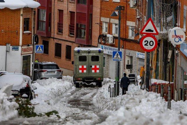 Una ambulancia de las Fuerzas Armadas, tras la nevada fruto del temporal Filomena, en Pozuelo de Alarcón (España), a 10 de enero de 2021.