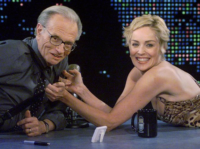 Larry King en su programa de televisión con Sharon Stone