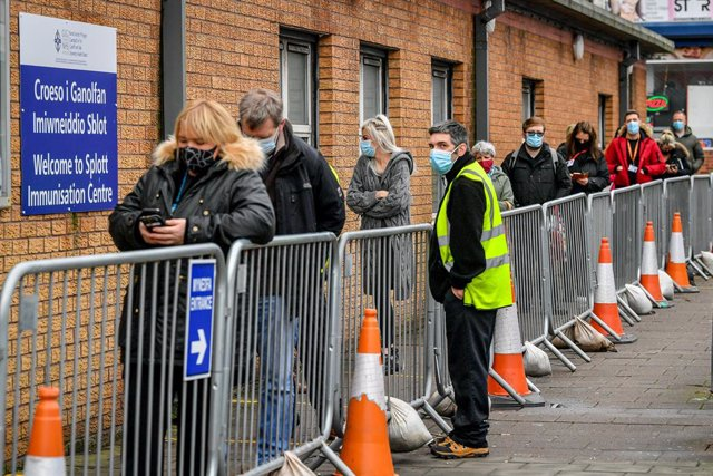 19 January 2021, United Kingdom, Cardiff: People line up to receive Covid-19 vaccines in Wales, which is on the highest level of Coronavirus restrictions. Photo: Ben Birchall/PA Wire/dpa