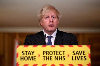 Expertos se declaran desconcertados por los comentarios de Johnson sobre la gravedad de la cepa británica