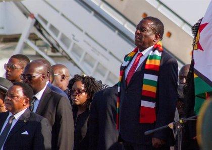 El presidente de Zimbabue promete ayuda inmediata ante la ola de contagios en su gabinete