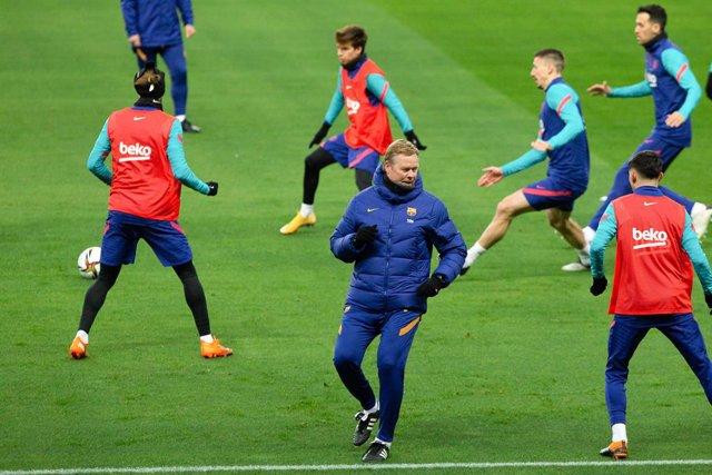 Ronald Koeman en un entrenament del FC Barcelona