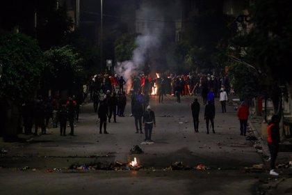 Policías y manifestantes se enfrentan en una nueva jornada de protestas en Túnez