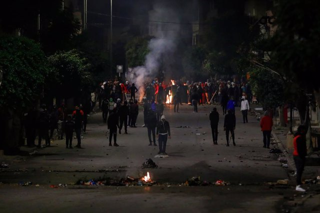 19 January 2021, Tunisia, Tunis: Protesters face the Tunisian national guard (not pictured) during clashes in the Ettadhamen city suburb on the north-western outskirts of Tunisia's capital amidst a wave of nightly protests with erupted January 16th. Photo