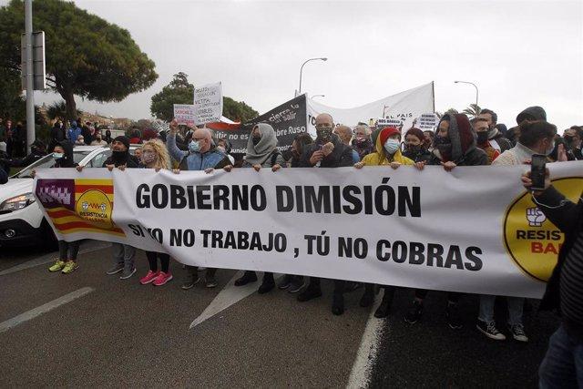 Manifestantes durante una nueva protesta contra el cierre de la restauración aprobada por el Govern para frenar la propagación de la COVID-19, en Palma de Mallorca, Mallorca, Islas Baleares, a 22 de enero de 2021.