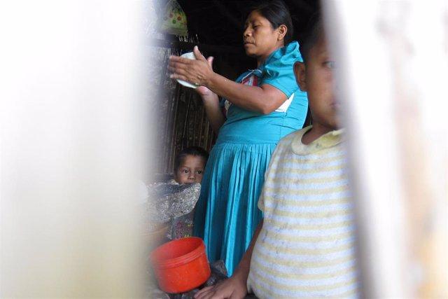 Mujer cocina en una comunidad chortí de Guatemala