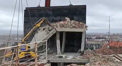 Demolido el torreón del edificio siniestrado ante el riesgo de caída a la calle y el patio del colegio