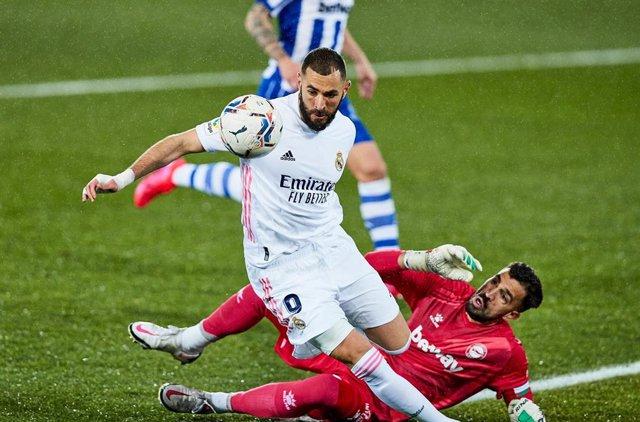 Karim Benzema dribal a Fernando Pacheco en el Alavés-Real Madrid