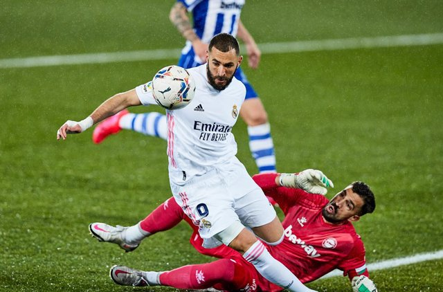 Karim Benzema of Real Madrid CF and Fernando Pacheco of Deportivo Alaves during the Spanish league, La Liga Santander, football match played between Deportivo Alaves and Real Madrid CF at Mendizorroza stadium on January 23, 2021 in Vitoria, Spain.