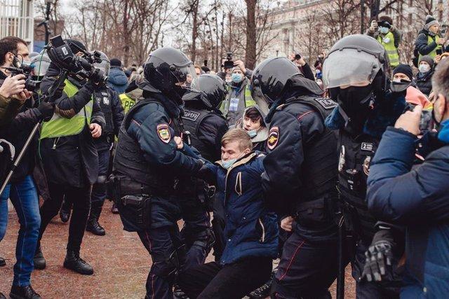 Un joven es arrestado en la plaza Pushkin de Moscú durante las protestas que reclamaban la liberación del activista ruso Alexei Navalni.