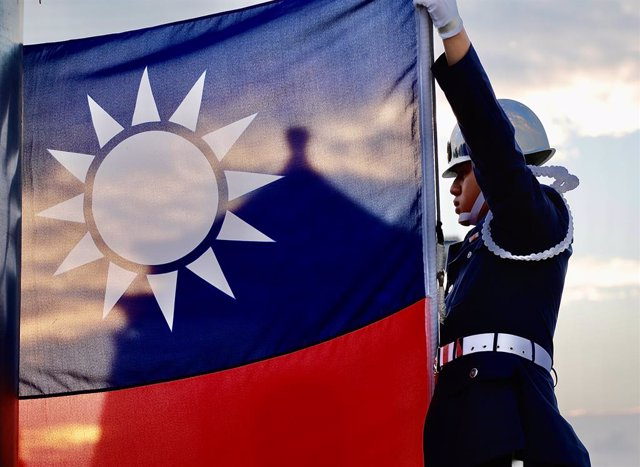 15 November 2020, Taiwan, Taipeh: A member of the Taiwanese guard of honour raises Taiwan's national flag at Liberty Square during the daily flag hoisting ceremony. Photo: Ceng Shou Yi/SOPA Images via ZUMA Wire/dpa