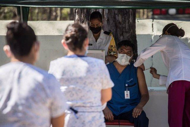 Un trabajador sanitario recibe una dosis de la vacuna contra el coronavirus en el Hospital Militar de Ciudad de México.