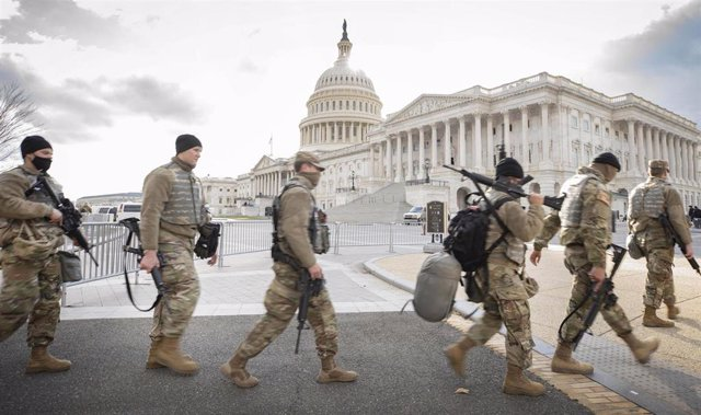 Miembros de la Guardia Nacionall pasan frente al Capitolio.