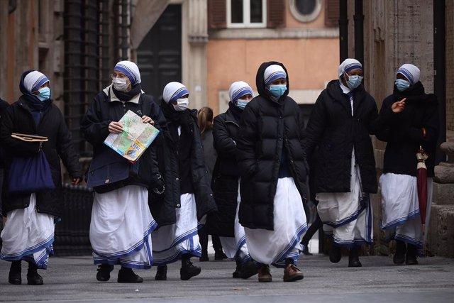 07 January 2021, Italy, Rome: Nuns wearing face masks walk in downtown Rome amid the coronavirus (Covid-19) pandemic. Photo: Vincenzo Livieri/ZUMA Wire/dpa