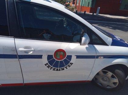 Dos ertzainas heridos y dos detenidos en un botellón en Santurtzi en el que participaban más de 30 personas