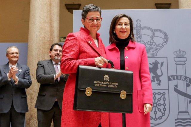 Arancha González Laya sujeta la cartera del Ministerio de Asuntos Exteriores, Unión Europa y Cooperación tras recibirla de manos de su predecesora en el cargo, Margarita Robles