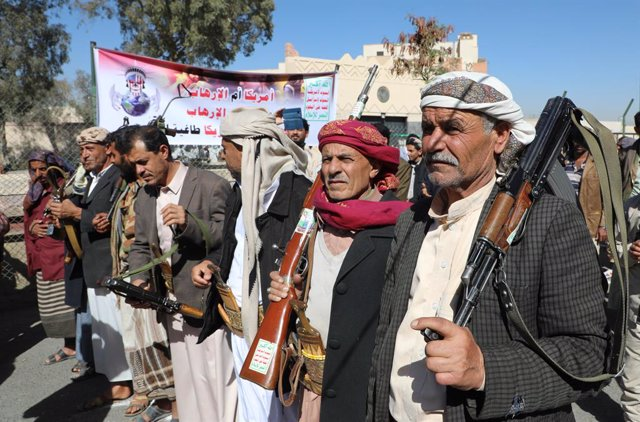18 January 2021, Yemen, Sanaa: Houthi supporters take part in a protest in front of the USembassy in Sanaa against the United States over its decision to designate the Houthi rebels movement as a foreign terrorist organization. Photo: Hani Al-Ansi/dpa
