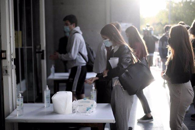 Una alumna se desinfecta las manos antes de entrar al aula de examen en una imagen de archivo.