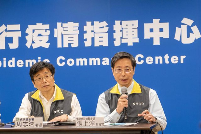 23 January 2020, Taiwan, Taipei: Zhang Shangchun (R), Professor of Internal Medicine and Vice President of National Taiwan University, speaks next to Taiwanese Health Minister Chen Shih-chung (2nd R) during a press conference with members of the Taiwan Ce