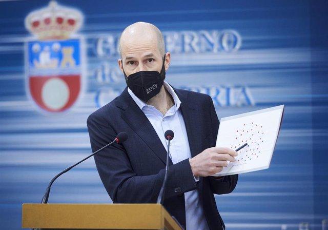 El director general de Salud Pública, Reinhard Wallmann, en una rueda de prensa para informar sobre la evolución epidemiológica del COVID-19 en Cantabria