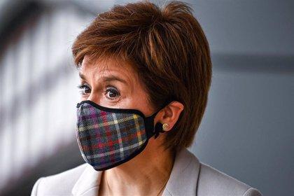 """Sturgeon carga contra Boris Johnson, un """"animalillo miedoso y cobarde"""" ante el referéndum de Escocia"""