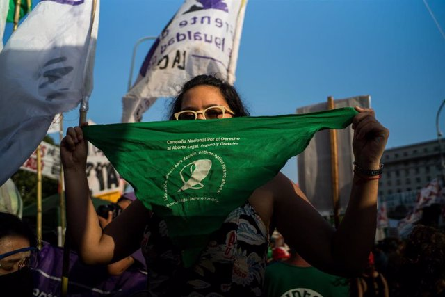 Un pañuelo verde durante una manifestación a favor de la legalización del aborto en Argentina