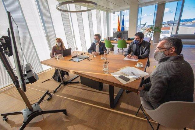El vicepresident, Pere Aragonès, s'ha reunit aquest diumenge amb el conseller d'Empresa i Coneixement, Ramon Tremosa, i el conseller de Treball, Afers Socials i Famílies, Chakir El Homrani, i la secretària d'Economia Natàlia Mas.