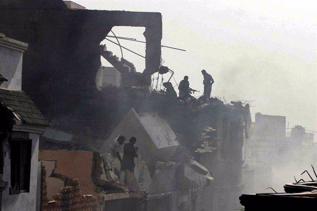 Escena del siniestro de un avión de Pakistan International Airlines (PIA) en la ciudad de Karachi
