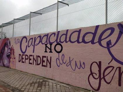 Una concentración ciudadana reclama a la Junta de Ciudad Lineal que se mantenga el mural feminista del centro deportivo
