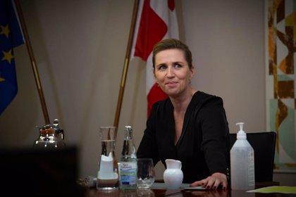 Detenidos dos hombres por quemar una efigie de la primera ministra danesa en una protesta antirrestricciones