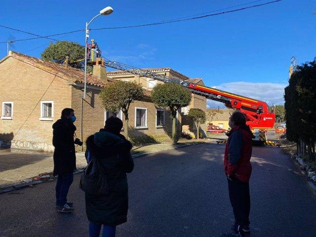 Bomberos de la DPH retiran un árbol caído sobre una vivienda en San Jorge (Almudévar).