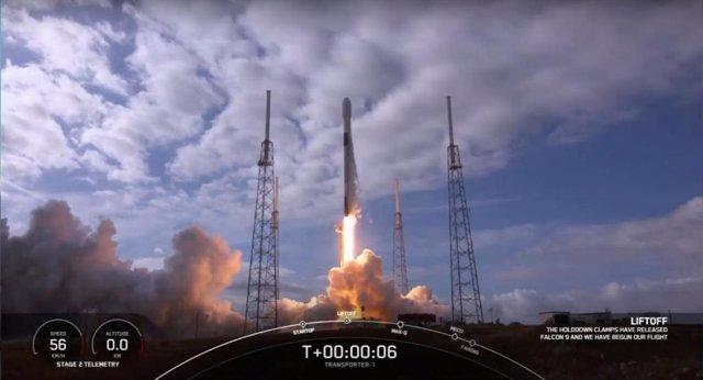 Momento del lanzamiento del cohete Falcon 9 de SpaceX con la cámara DRAGO a bordo