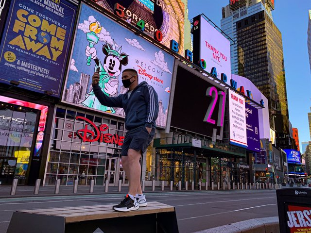13 May 2020, US, New York: A man wearing a face mask takes a selfie at the deserted Times Square amid the spread of the coronavirus Covid-19. Photo: Niyi Fote/TheNEWS2 via ZUMA Wire/dpa