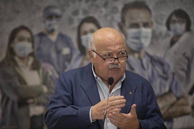 El consejero de Salud y Familias, Jesús Aguirre (c), foto de archivo