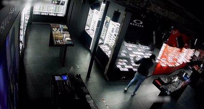 Detenido en Barcelona un ladrón que rompía cristales de locales con una tapa de alcantarilla