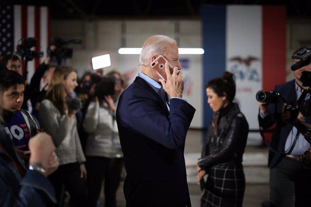 El presidente electo de Estados Unidos, Joe Biden, hablando por teléfono