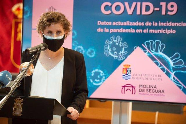 La alcaldesa socialista de Molina de Segura, Esther Clavero, durante una rueda de prensa, en Murcia (España), a 21 de enero de 2021.