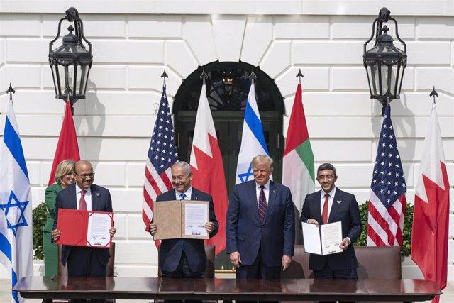 La firma de los acuerdos para normalizar las relaciones diplomáticas entre algunos países árabes con Israel.